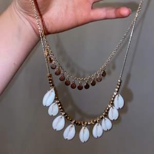 Jättefint halsband från gina tricot i guld med vita snäckor, kedjorna sitter ihop. Tycker om det här halsbandet jättemke men tröttnat lite på de. Halsbandet är i bra skick inga repor eller skador