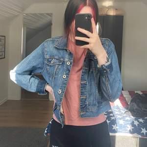 Croppad jeansjacka perfekt nu till våren😍 står storlek 44 men passar mig som är en 36! Bud från 10kr. Frakt tillkommer på 66kr(spårbart)