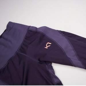 Superfina oanvända kompressionstights från Kari Traa. En ficka med dragkedja bak för tex mobil, nycklar osv. Praktiskt och snyggt meshtyg vid vaderna. Se fler trendiga träningskläder på vår Instagram @oak_uf!