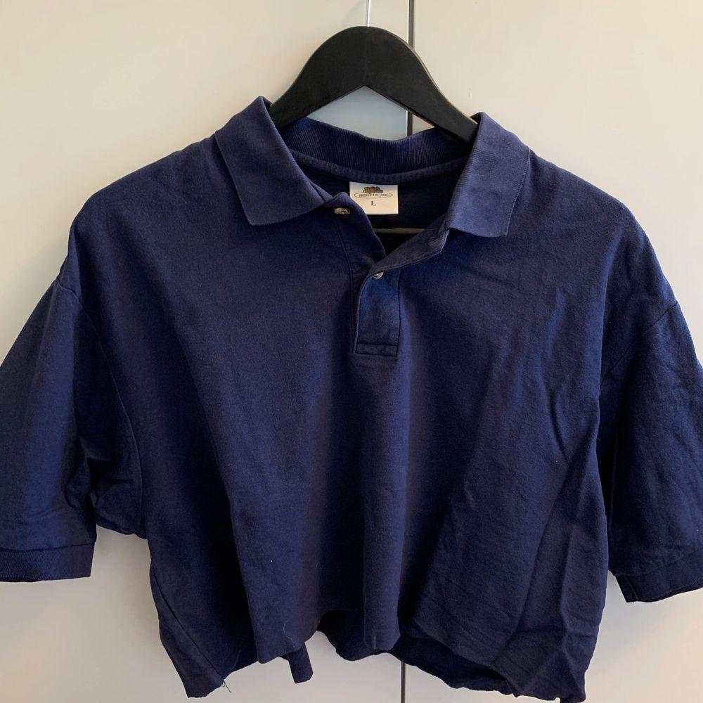 Säljer denna tröja från märker fruit of the loom i storlek L. Tröjan är köpt second hand och har blivit avklippt vid midjan där av är den croppad! 💖. T-shirts.