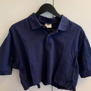 Säljer denna tröja från märker fruit of the loom i storlek L. Tröjan är köpt second hand och har blivit avklippt vid midjan där av är den croppad! 💖