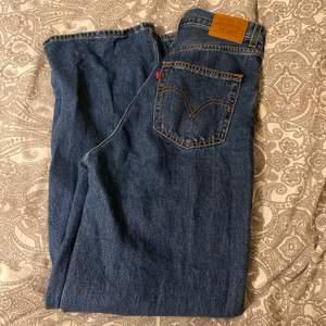 Säljer mina levis jeans i modellen hige loose då jag tröttnat på de. Jättefint skick, använda få antal ggr. Storlek 26/31. Priset är diskuterbart! 400kr + 66kr frakt