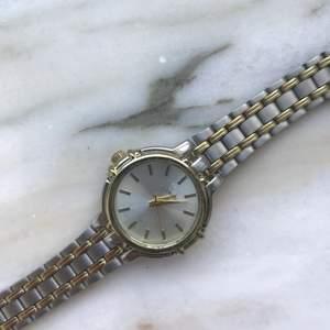 En guld silvrig klocka med vintage feel💕 köparen står för frakten 📦