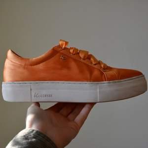 Säljer mina skitsnygga K.Cobler sneakers som jag använt en gång. Vänstra skon har lite slitage vid tårna i tyget som inte syns i solen men kan skicka bilder. Storlek 38. Nypris 900 eller 1000 kr. (Frakt står köparen för) 🧡🧡🧡🧡