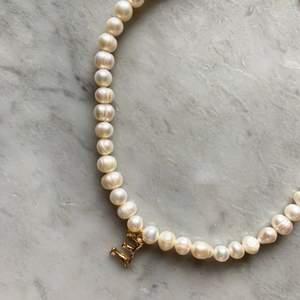 Halsband gjort av äkta sötvattenspärlor, bokstav av metall finns A-Z 🤍 Hör av dig här på Plick eller på min Instagram @emmaxjewelry