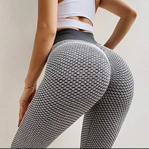 Säljer dessa populära butt lifting leggings som ger så fina former och får ens rumpa se större ut, sitter super bra tight. Kan tas Bilder på privat om man är intresserad💕
