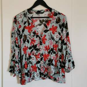 A cute flowerprint and flowy blouse from ZARA. It has 3/4 arms and a V neck to show off just the right amount of bust. Material is nice for the summer 😎 never worn.