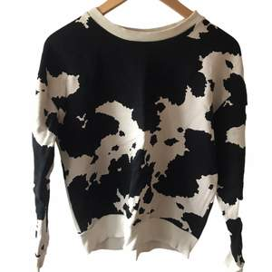 Skit cool ko print tröja från ginatricot. Super trendig! Kom privat för mer info eller intresse 🤍