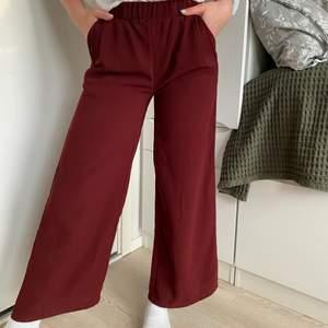 Vinröda byxor i polyester från Lager 157 i storlek S. Använd endast 1 gång