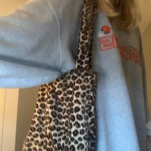 en sååå cool  lite fluffig leopard tote bag, har varit en stor favorit men behöver pengar, inga defekter och får plats med mycket!! från en tjej jätteduktig tjej som syr på insta @fillofix