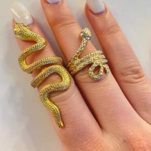 Säljer båda dessa ringar, ringen åt höger är från gina och den vänstra vet ej. Båda är i storlek M. Köparen står för frakten💕 70kr/st, 120kr för båda