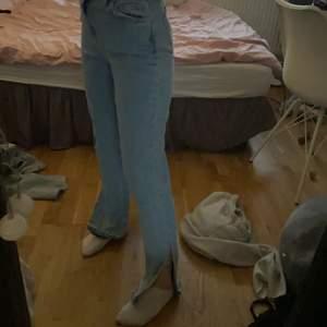Oanvända raka jeans med slits från boohoo. Jag har endast provat byxorna. Köpare står för frakten💕  de är storlek 34 men dom passar mig som har 36
