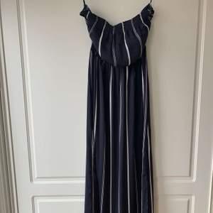 En jättefin långklänning som är offshoulder. Perfekt att ha på sommaren när det är varmt ute. Från Forever 21 i storlek M men passar allt från Xs-M. Säljs pga att den inte används längre💕💕