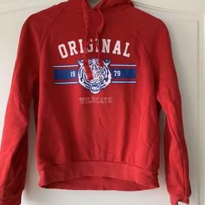En fin röd hoodie från Gina tricot i storlek S. Den är använd men fortfarande väldigt bra skick och mjuk inuti och trycket är inte alls skadat. Säljer pga att den inte kommer till användning längre💕💕