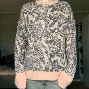 Snygg stickad tröja från weekday. Köpt på sellpy men var lite för stickig för min smak (väldigt känslig). Men önskar att jag hade varit mindre kräsen för den är ju så snygg!!