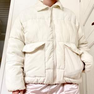 Vit puffig jacka från Monki, strl M. Shell: 100% polyester. Details: 100% cotton. Väldigt bekväm och enkel att tvätta! Passar såväl vinter som tidig vår. Knappt använd! Köpt för två år sedan. Köparen står för frakt💖