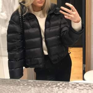 Så fin jacka som passar till allt, Säljer då jag köpt en ny jacka! Storlek M men den är croppad och mer som en storlek S💖