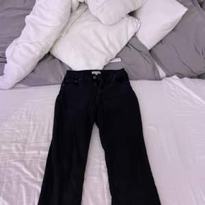 Svarta bootcut jeans från pull & bear i storlek 40 men passar även mig som har 38.
