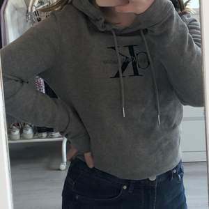 Säljer min gråa Calvin Klein hoodie i storlek S då den tyvärr inte kommer till andvändning. Bra skick och modellen är medellång. Skriv för fler bilder🥰