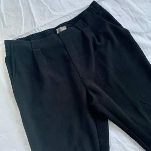 Svarta byxor från Vero Moda i storlek 40, men passar även 42. Resor i midjan baktill samt fickor fram. Sparsamt använda.