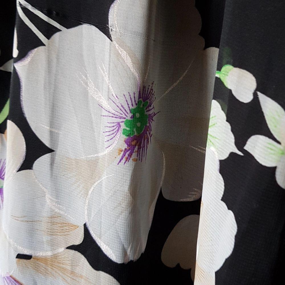 Svart långklänning. Slutar vid anklarna. Består av två ihopsydda lager. En är en underkjol. Resten av klänningen (armarna + från knäna och ner) är lätt genomskinlig. Köparen står för frakten.. Klänningar.