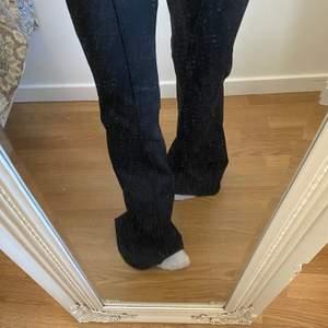 Kostymliknande byxor från de young, zalando. Aldrig använda då de är väldigt långa på mig som är 160 cm.