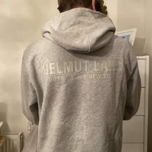 Helmut Lang hoodie i storlek S. Använd endast ett fåtal gånger.  Nypris: runt 3000kr. Inget fake. Cond: 10/10.