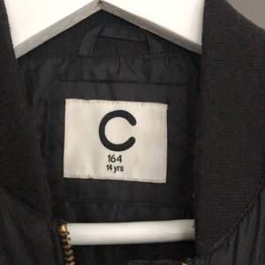 Bomber jacka från Cubus stl 164 passar mig som är s super fin å basic plagg som passar perfekt till hoddies