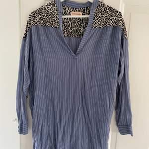 Denna blus från custommade är i storlek XS och är lite längre. Den är blå med vita ränder och cool leopard detalj på axlarna!🤩 säljer för 130kr + frakt🥰