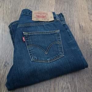 501 Levis jeans i begagnat skick. Något slitna längst ner. (Se bild) 👖Mätta på golvet (Beninnerlängd: 83 cm) (midjemått sida till sida: 37 cm) (Jag kan tyvärr inte ha jeansen så jag kan inte visa hur de ser ut på 😬) bud från 150 kr. (Budstopp sätts efter första budet.) Jag tar Swish 🌸☀️