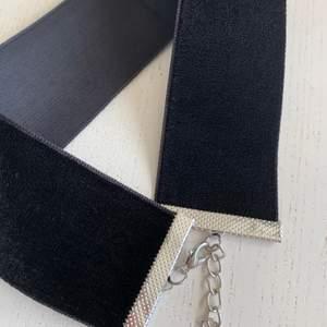 Svart sammet choker halsband använd ett par timmar, nyskick! Ställbart. Hos mig får man alltid paketpris ❤️