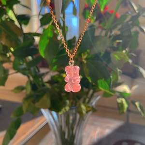 Ett rosa gummibjörn halsband med bra kvalitet