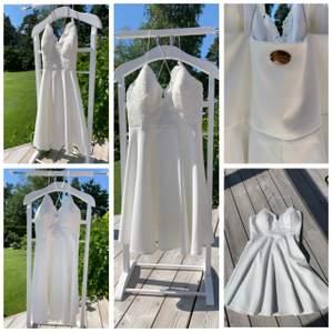 Vacker vit klänning med broderat spets upptill🤍 Använd endast 1gång. Storlek 38🤍 Frakt 66kr 📦