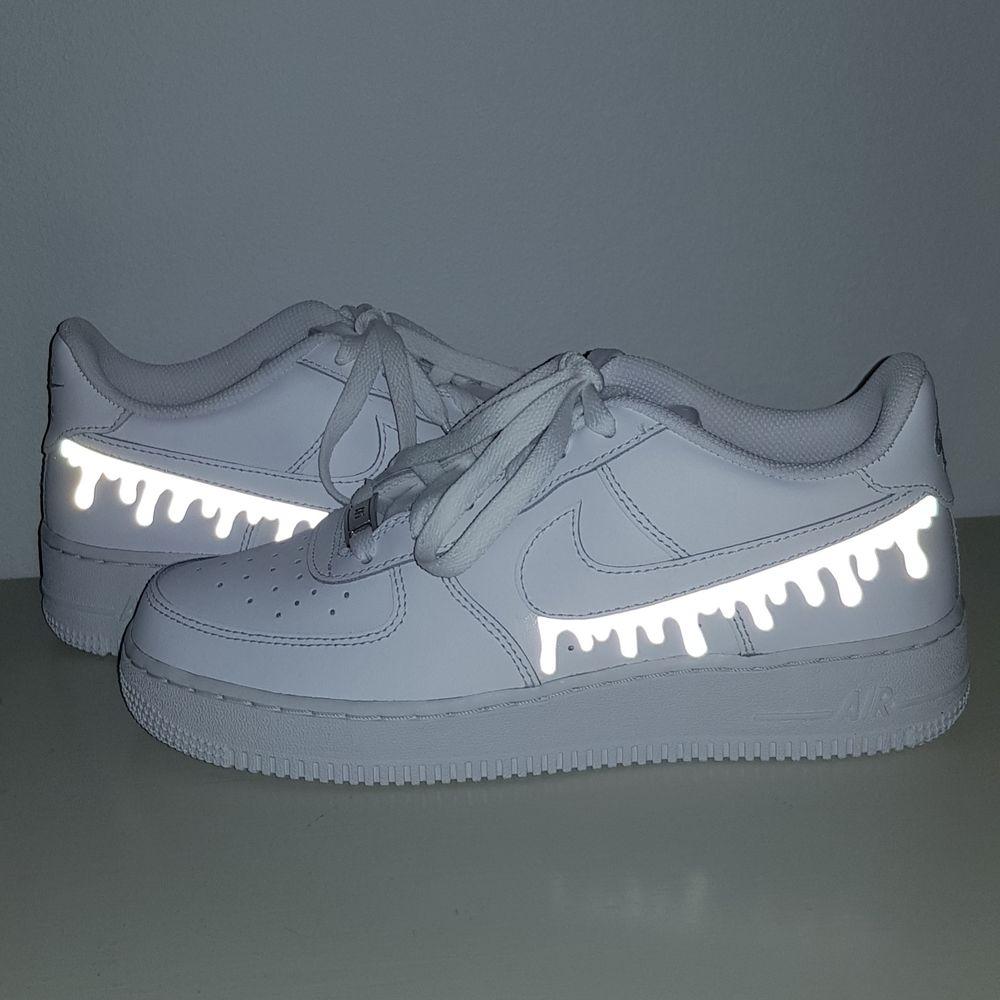 Vi är ett UF- företag som gör customized sneakers med reflexmotiv! Du kan antingen skicka in dina skor till oss och få dem designade för 299kr eller köpa nya för 299kr + skokostnaden💕🥰. Skor.