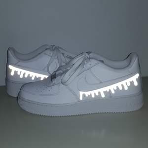 Vi är ett UF- företag som gör customized sneakers med reflexmotiv! Du kan antingen skicka in dina skor till oss och få dem designade för 299kr eller köpa nya för 299kr + skokostnaden💕🥰