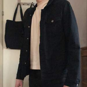 Användbar och stilren jeansjacka från jack and Jones i storlek L✨✨