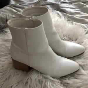 Köpte dessa för ca 2 år sen på din sko. Använda men ser rätt så nya ut, mindre repor längst. Köpta för 399, säljer för 150