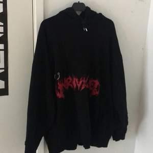 Skitsnygg hoodie i stl L men är som en XL, hoodien har en silverring på sig och snygga hål/rivningar, 150kr + frakt