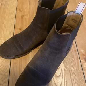Bruna boots i mocka från GANT i mycket bra skick då de knappt är använda.