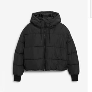 Jätte fin och trändig svart vinter jacka från monki i st S säljer pga för stor för mig. Säljer ändast vi bra bud i komentarerna. Ladar upp igen pga oseriös köpare (köpare står för frakt) bilderna är lånade från monkis hemsida men jag säljer den svarta jackan på första bilden ändast.