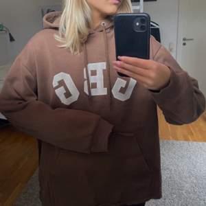 Brun hoodie med tryck från nakd i strl S, slutsåld, frakt tillkommer