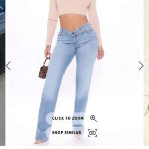Säljer dessa slutsålda ljusblå jeans från Fashion Nova. Storlek 5, sitter som en S/M. Säljer pga tycker de är lite för korta på mig som är 174 cm. 💞💞Är som på bilden i verkligheten!!