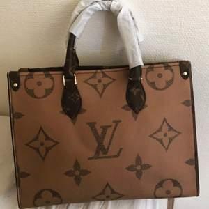 Snyggaste LV väskan, helt oanvänd med plasten på. Äkta läder på väskan så topp kvalité!! (Ej äkta) väskan är i strl M 🖤