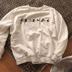 Otroligt snygg sweatshirt där de står friends(tv serien) använt rätt så mycket men ändå bra skick. Storlek L. 95 kr plus frakt