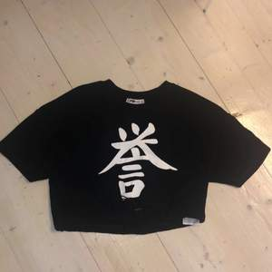 Kroppar T-shirt, den är aldrig använd. Knytning i midjan så man själv kan bestämma hur tajt den ska sitta