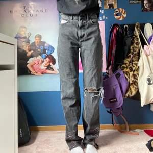 svin coola bershka jeans som är lite baggy med en y2k känsla. använda fåtal gånger. jeansen är uppklippta ca 2/3 cm och jag har även sytt igen en tidigare slits där nere. slitsen är enkel att få fram igen, klipp bara upp stygnen <33 dem är ganska små i storleken