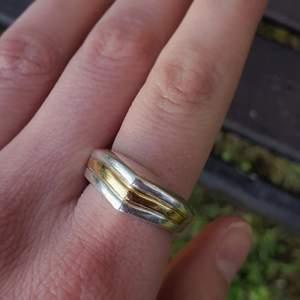 Trendig 925 sterling silver ring med liten gulddetalj. Köptes på second hand men säljer för att den inte passar. Jag betalar frakt!