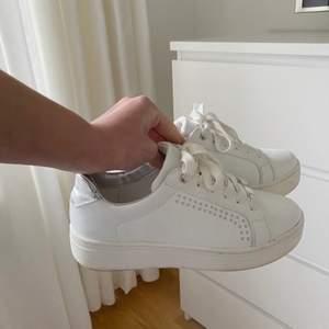 Säljer dessa superfina sneakers från Duffy då de tyvärr är för små för mig): Bra skick men lite märken/smuts som knappt syns, kan skicka fler bilder på det om det efterfrågas. ⚡️⚡️🐬🐬🤍🤍