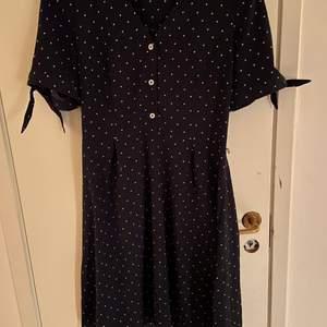 Jätte söt blå och vit prickig klänning! Köpare står för frakt skriv för fler bilder! ❤️