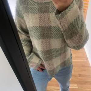 As cool stickad tröja, så fint material. Hör av dig!!